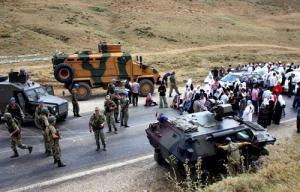 سپرهای انسانی مادران صلح در مقابل نیروهای ارتش ترکیه